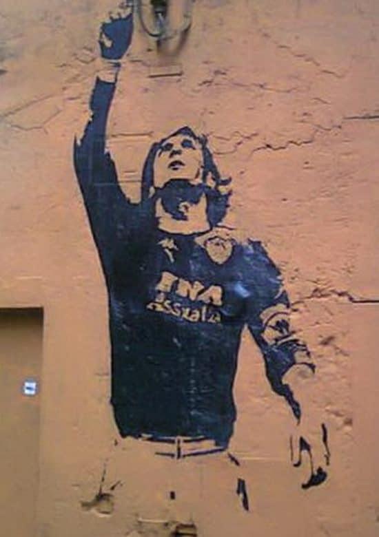 Rione Monti, opera imbrattata e restaurata più volte. Rappresenta un'esultanza di Totti dopo il gol in Roma-Napoli nel campionato dello scudetto