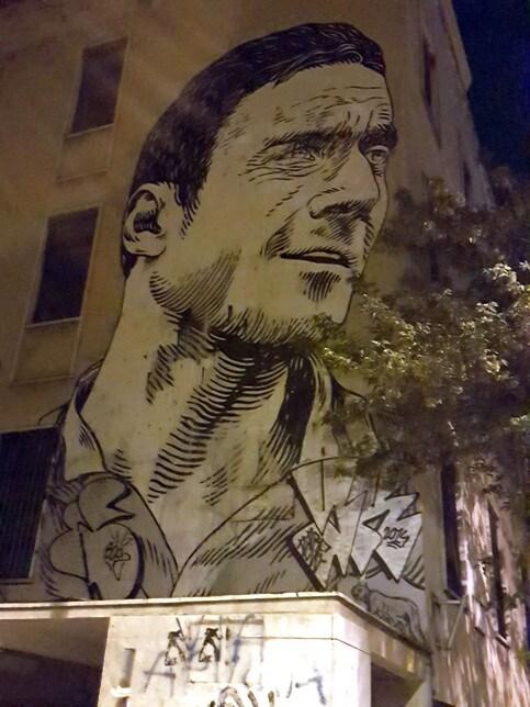 L'opera di Lucamaleonte, realizzata nella notte del 10 febbraio 2014, si trova in via Sibari, al quartiere Appio Latino. Il quartiere di Totti