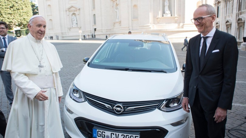 Opel dona una Ampera-e elettrica a Papa Francesco