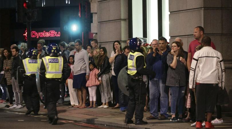Terrore e sangue a Londra, furgone sulla folla: sette morti
