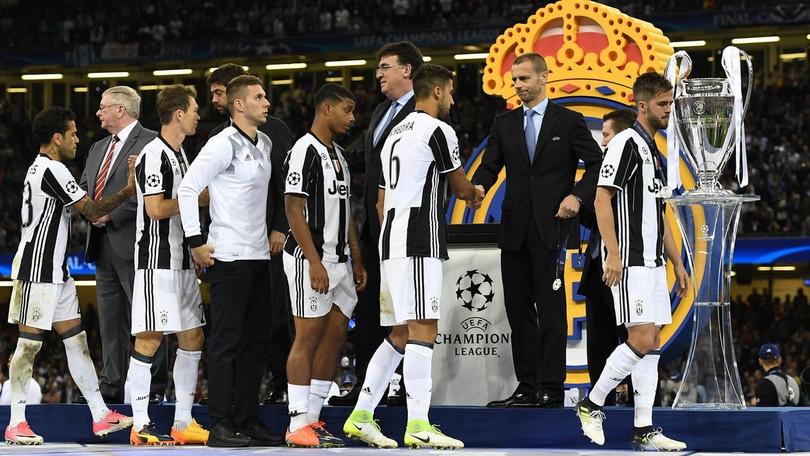 La Juventus è rientrata a Torino: i tifosi l'accolgono con applausi