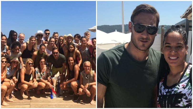 Totti fa impazzire Saint-Tropez: quanti selfie in spiaggia!