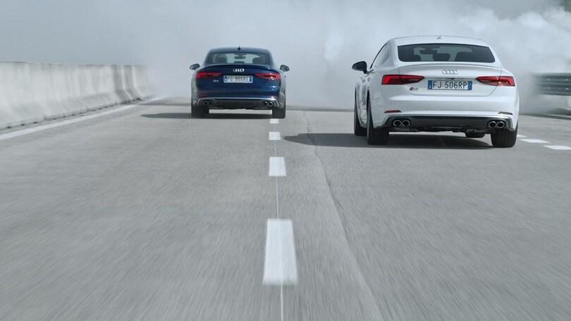 L'Audi corre nella nebbia, ma il pilota è non vedente