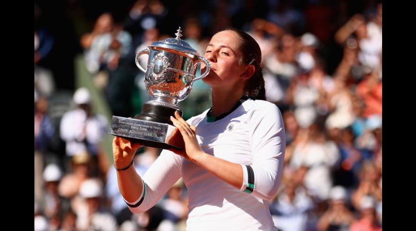 Tennis: Jelena Ostapenko trionfa al Roland Garros
