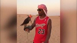 Evra chiacchiera nel deserto col falco