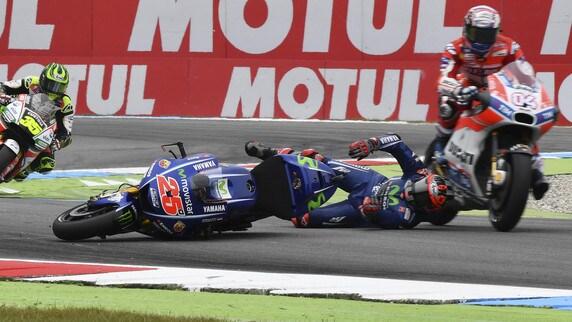 MotoGp Assen, paura Viñales: cade e Dovizioso lo sfiora