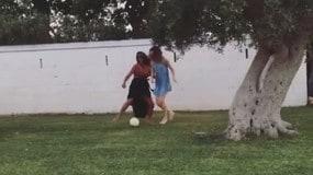 Emily Ratajkowski, partitella a calcio