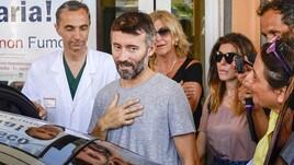 Max Biaggi lascia l'ospedale: al suo fianco c'è Bianca Atzei