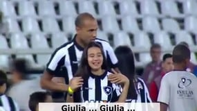 Botafogo, l'abbraccio dei tifosi alla figlia cieca di Roger