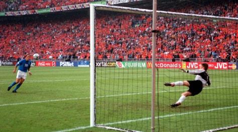 "Italia-Olanda, 17 anni fa il ""cucchiaio"" di Totti a Van der Sar"