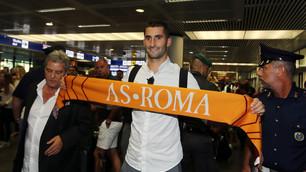Gonalons sbarca a Fiumicino: in posa con la sciarpa della Roma