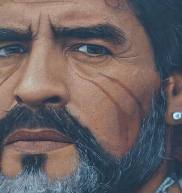<p>Marek Hamsik ha inaugurato stamattina a Quarto (Napoli) un grande murales a lui dedicato dallo street artist Jorit. L&#39;artista napoletano di origini olandesi, che ha gi&agrave; realizzato un grande murales dedicato a Maradona a nel quartiere napoletano di San Giovanni a Teduccio, ha ricoperto l&#39;intera facciata di un edificio con un primo piano del capitano del Napoli, raffigurato con dei segni sul viso nello stile dei tatuaggi maori. Hamsik ha voluto essere personalmente presente all&#39;inaugurazione stamattina alle otto, prima di raggiungere i compagni al raduno del Napoli a Castel Volturno. Lo slovacco ha postato si Instagram un video del momento in cui l&#39;opera &egrave; stata scoperta, scrivendo: &quot;Murales fantastico, grazie all&#39;artista Jorit e ai cittadini di Quarto&quot;. Alla cerimonia era presente anche il sindaco della cittadina flegrea, Rosa Capuozzo.</p>