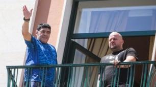 Maradona torna a Napoli: Pibe de Oro acclamato dai tifosi in festa