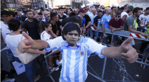 Napoli, i tifosi a Piazza Plebiscito aspettando Maradona