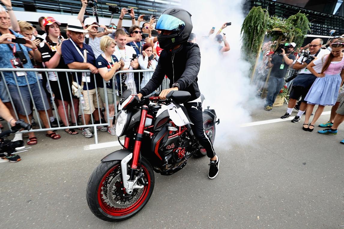 F1, Gp Austria: Hamilton arriva in moto e sgomma