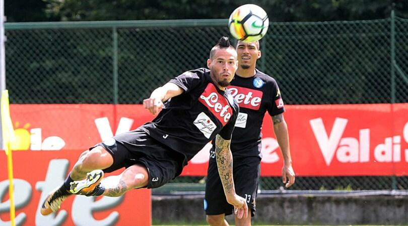 Il Napoli presenta la nuova maglia: lo show prima dell'allenamento