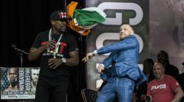 McGregor lancia la bandiera irlandese a Mayweather
