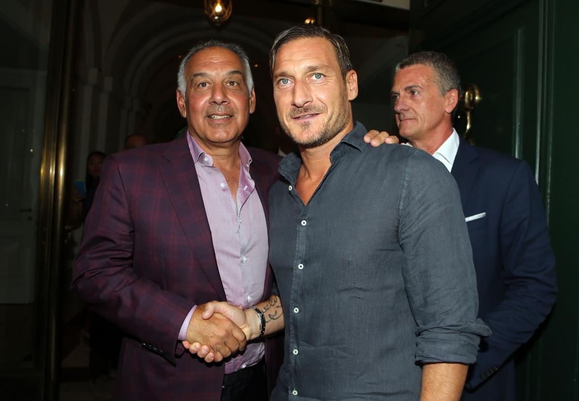 Roma, la stretta di mano tra Totti e Pallotta