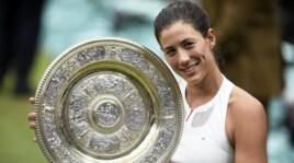 Tennis, Garbine Muguruza alza il trofeo sul prato verde di Wimbledon: è lei la regina