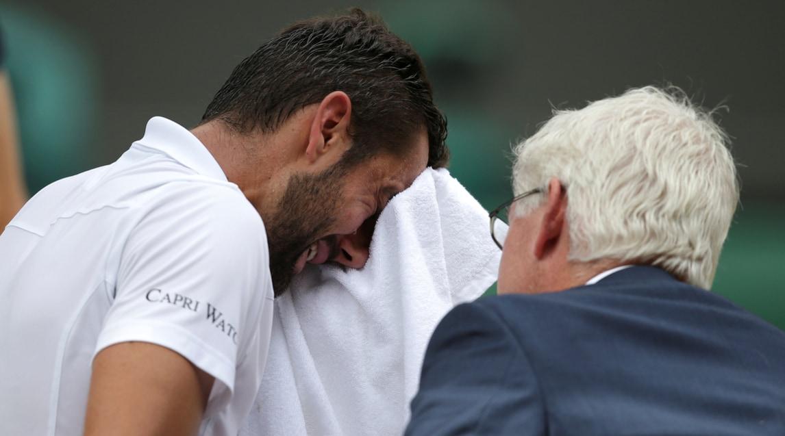 <p>Il tennista croato non &egrave; riuscito ad opporsi allo strapotere del fenomeno svizzero, campione per l&#39;8&ordf; volta sull&#39;erba inglese, anche perch&eacute; infortunato.&nbsp;Dopo aver pianto, ha ricevuto per&ograve; il tributo dell&#39;elvetico: &laquo;Devi essere orgoglioso&raquo;</p>