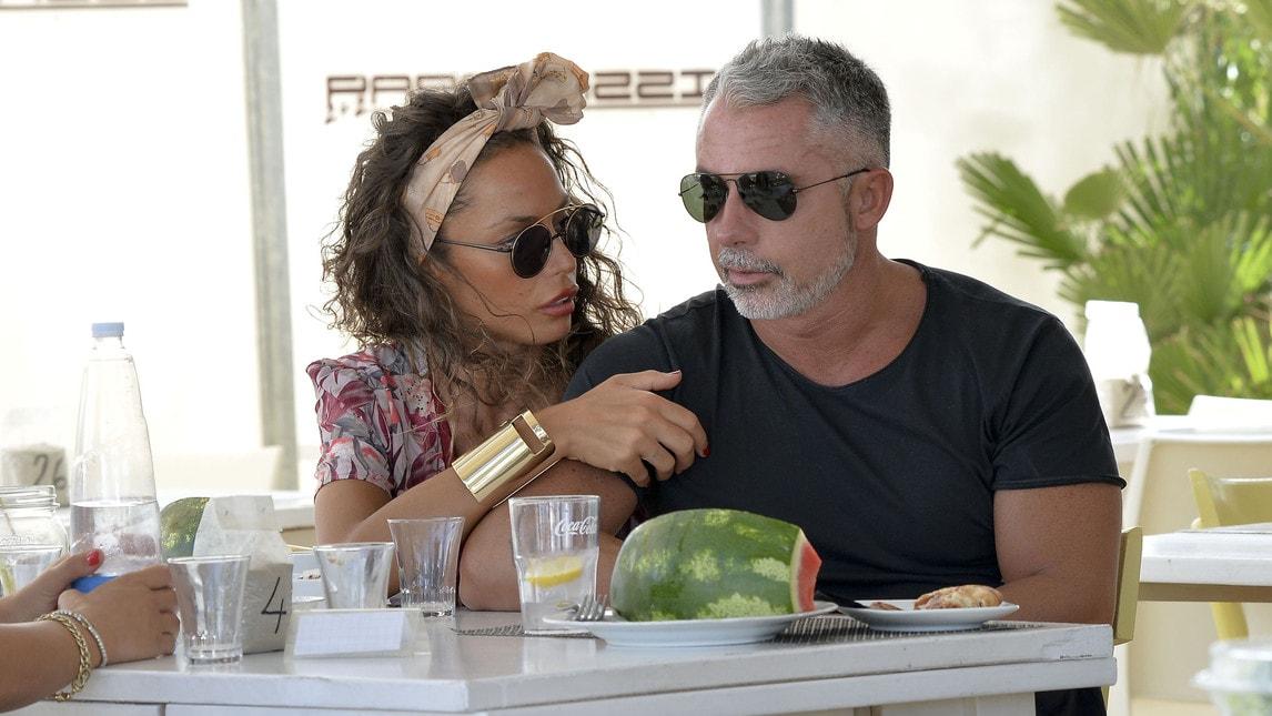 <p>La showgirl e il procuratore hanno trascorso insieme qualche giorno di vacanza al mare:&nbsp;le foto fanno il giro del web</p>