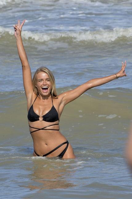 <p>L&#39;ex naufraga dell&#39;Isola dei famosi si diverte a Milano Marittima: il suo bagno con il bikini nero infiamma i fan</p>