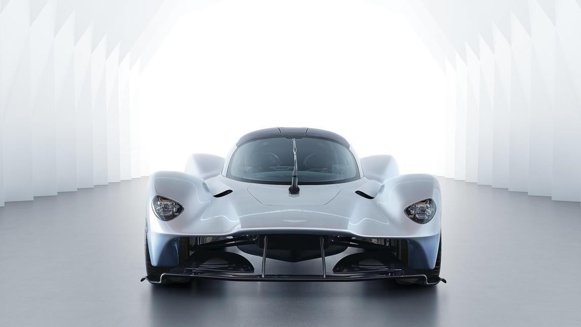 <p>Realizzata da Aston Martin con collaborazione con il team Red Bull di Formula 1, Valkyrie &egrave; una hypercar in edizione militata di soli 175 esemplari. Non ancora confermato il propulsore che dovrebbe essere un V12 di 6.500 cc aspirato realizzato dalla Cosworth e abbinato a un sistema ibrido con una potenza complessiva di 1.130 cv.</p>