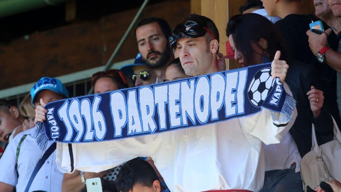 <p>Grande entusiasmo a Dimaro: ovazioni per Mertens e Diawara, sugli spalti spunta un tifoso speciale</p>