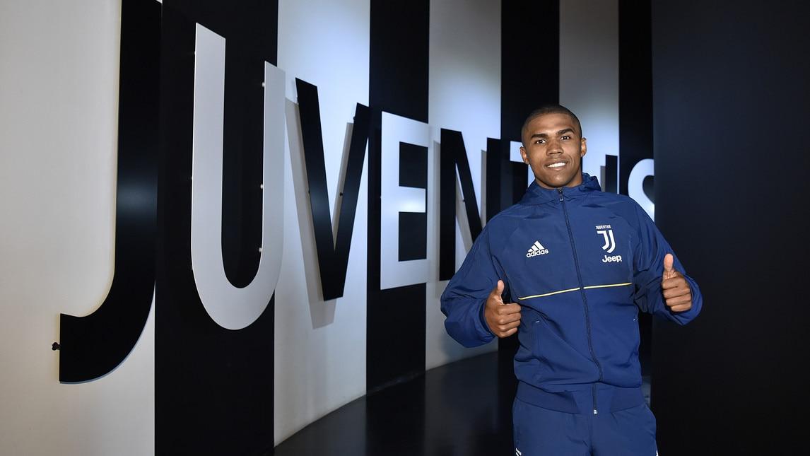 <p>L&#39;esterno brasiliano fa visita allo stadio della Juventus: foto con i tifosi,&nbsp;selfie e uno sguardo al Museum e allo Store</p>