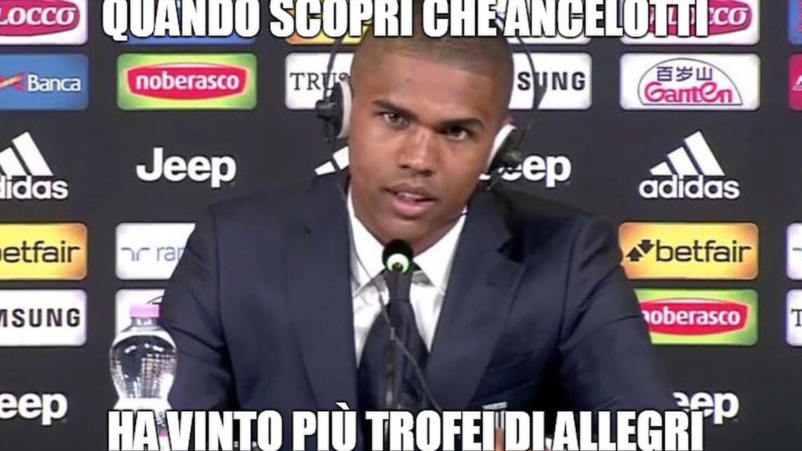 <p>Il neo attaccante della Juventus mostra un solo sguardo durante la conferenza stampa di presentazione: sul web le prese in giro non mancano</p>