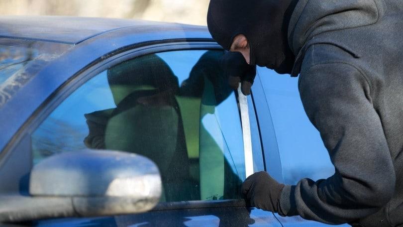 """Furti d'auto, i ladri abbandonano lo """"spadino"""""""