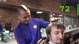 Nainggolan barbiere per un giorno: una cresta in 90 secondi