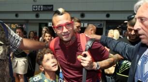 La Roma atterra a Fiumicino: Nainggolan con l'occhiale rosso