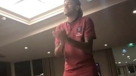 Psg, Neymar si presenta alla squadra... e canta