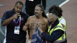 Fuori programma ai Mondiali di atletica: invasione in pista di un uomo nudo