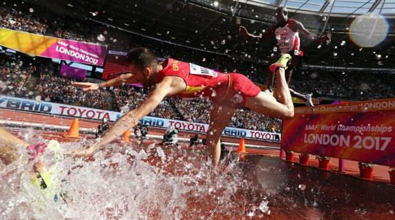 Mondiali atletica, che botta! Per Martos cade nella vasca dei 3000 siepi