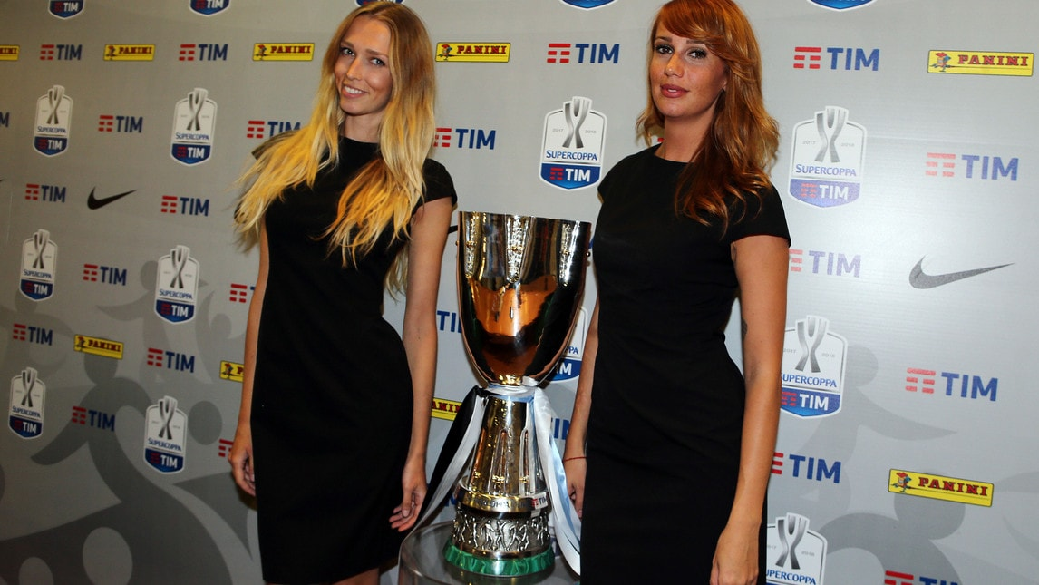 <p>Il trofeo esposto alla vigilia della sfida fra Juventus e Lazio</p>