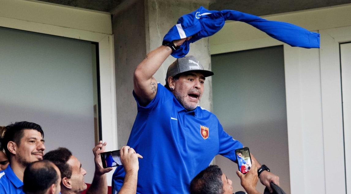 <p>Le immagini del Pibe de Oro in tribuna a Eindhoven, ospite del club</p>