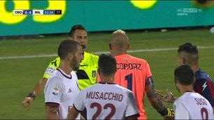 Crotone-Milan, l'arbitro Mariani assegna il rigore dopo aver consultato il Var