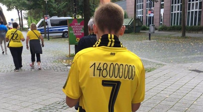 Dortmund, i tifosi dimenticano Dembélé: maglia con il prezzo al posto del nome