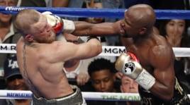 Boxe, Mayweather batte McGregor: ko tecnico nello show dell'anno