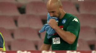 Napoli, i tifosi a Reina: «Resta!». E lui si commuove a fine partita