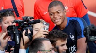 Francia, per Mbappè selfie e sorrisi con i tifosi aspettando il Psg