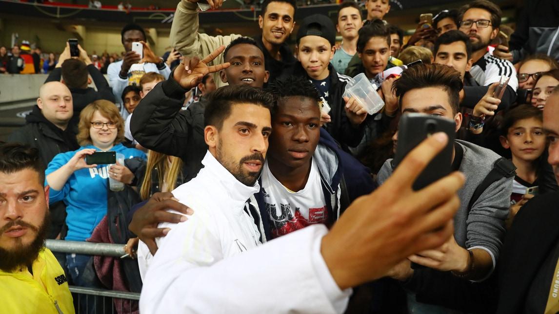 <p>&laquo;Grazie Sami&raquo;: il titolo degli&nbsp;striscioni&nbsp;dei tifosi tedeschi esposti&nbsp;al&nbsp;Mercedes-Benz Arena di Stoccarda per ringraziare il centrocampista della Juventus&nbsp;che ha acquistato&nbsp;1200 biglietti della partita donandoli ad enti caritatevoli</p>