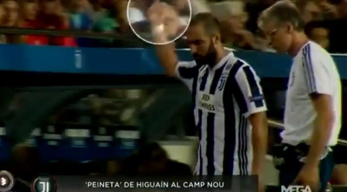 <p>L&#39;attaccante bianconero pende male i fischi avversari: la sua reazione &egrave; stata immortalata da una tv messicana</p>