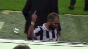 Juventus, Higuain sostituito: gestaccio ai tifosi del Barcellona