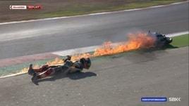 Sbk, la moto in fiamme: che paura per Skyes!