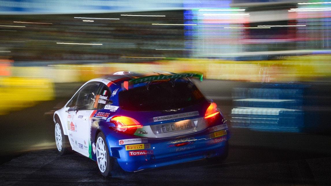 <p>Lo spettacolo delle vetture CIR e ERC mentre sfilano ai piedi del Colosseo, fino al Colosseo Quadrato, il Palazzo della Civilt&agrave; nel quartiere Eur, dove si &egrave; disputata la prova spettacolo. Che ha visto primeggiare nel Campionato Italiano Rally l&#39;equipaggio Scandola-D&#39;Amore su Skoda Fabia R5 con il tempo 1&#39;46&rdquo;, seguiti da Andreucci-Andreussi su Peugeot 208 T16R5 con 1&#39;47&rdquo;5 e al terzo posto Campedelli-Ometto su Fiesta R5 con 1&#39;47&rdquo;8.&nbsp;Sabato, si prosegue con le prove speciali al cardiopalma,&nbsp;a sud di Roma, tra le quali la Greci Pico &ldquo;Picus&rdquo; di 26,44 km con passaggio nella &ldquo;piazza di Pico&rdquo;.</p>