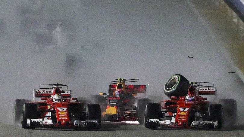 Il momento che ha cambiato il mondiale di Formula 1 2017, il contatto tra Verstappen e le due Ferrari di Vettel e Raikkonen. Foto: EPA.