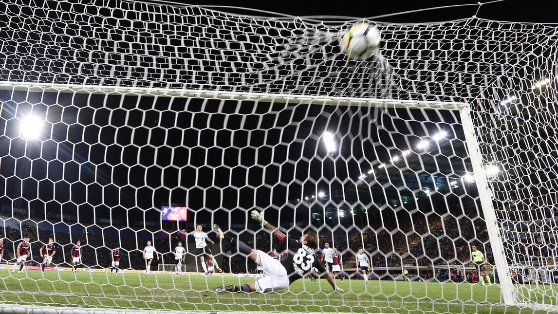 <p>Un gran gol dell&#39;attaccante bolognese porta avanti i padroni di casa nel primo tempo. Nella ripresa arriva il rigore trasformato dall&#39;argentino</p>